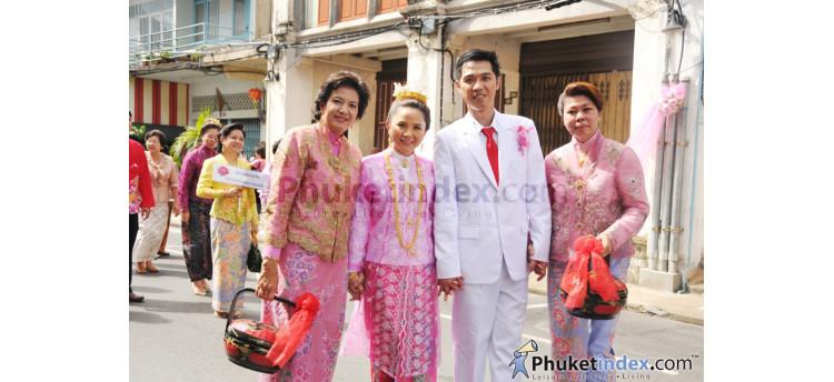 บรรยากาศขบวนแห่ของประเพณีการแต่งงานบาบ๋า ตามเส้นทางถนนถลาง ย่านเมืองเก่าภูเก็ต
