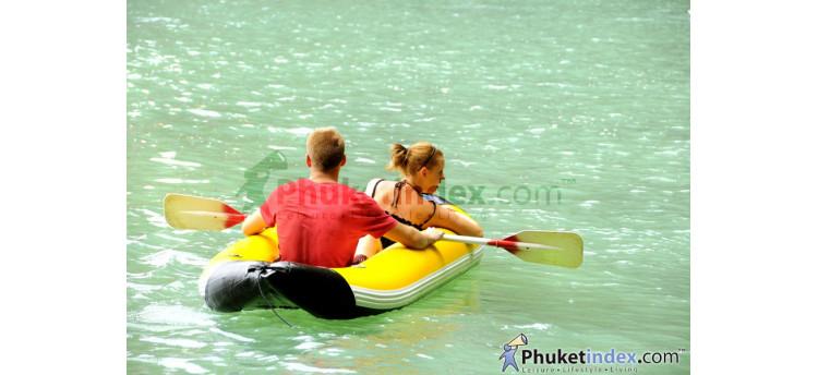 นักท่องเที่ยวพายเรือคายัค ชมทัศนียภาพอ่าวพังงา
