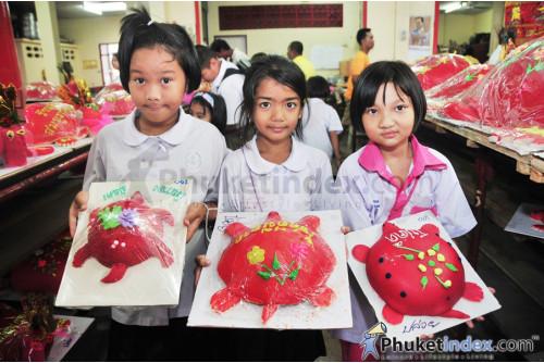 ขนมเต่าสีแดง เต่าเป็นสัญลักษณ์ของสัตว์อายุยืน ใช้ในเทศกาลพ้อต่อ