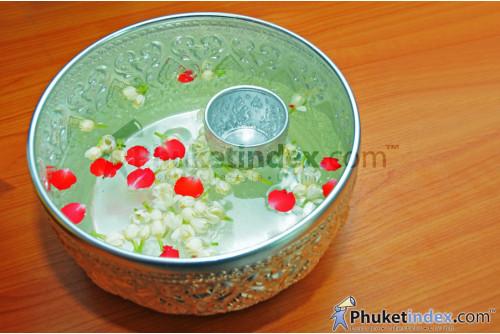 ขันน้ำ สำหรับรดน้ำดำหัวผู้ใหญ่ในวันสงกรานต์